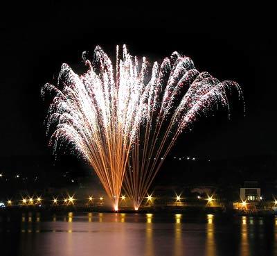 immagine di fuochi d'artificio sull'acqua