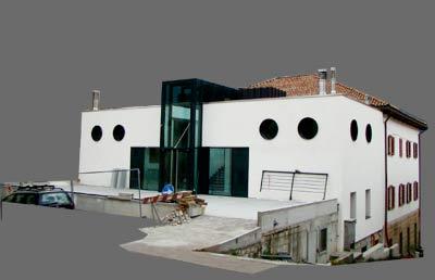 Lozzo di Cadore - facciata nord del Palazzo Pellegrini in fase di ristrutturazione al 11.09.2009