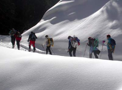 Un gruppo di persone su itinerario invernale