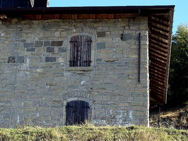 001-crepe sulla ex caserma di Soracrepa facciata ovest