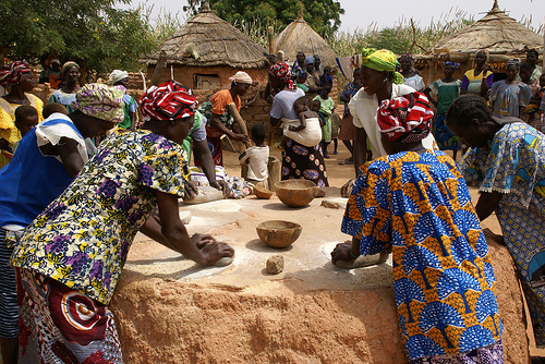CISDE - Flickr - Women kneading millet to prepare food - Burkina Faso