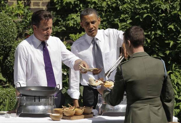 David Cameron e Barack Obama mentre servono una grigliata nel giardino di Downing Street