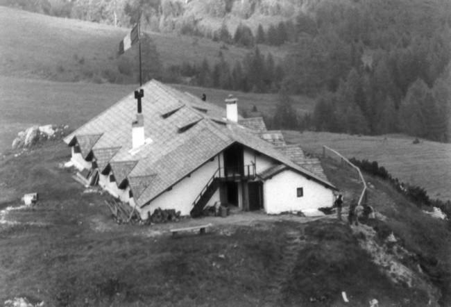 il Rifugio Ciareido al tempo in cui aveva il tetto in scandole