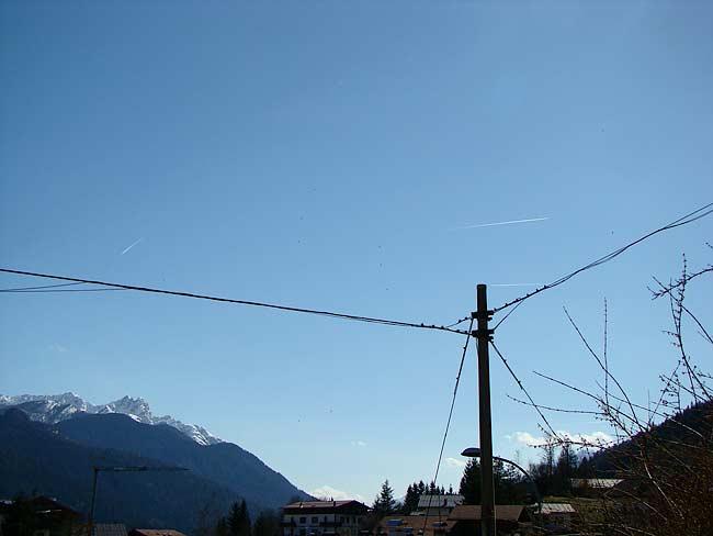situazione reale dell'incrocio dei tre aerei vista nella foto precedente: si notano le tre scie (due sopra il palo della luce e una più a sx)