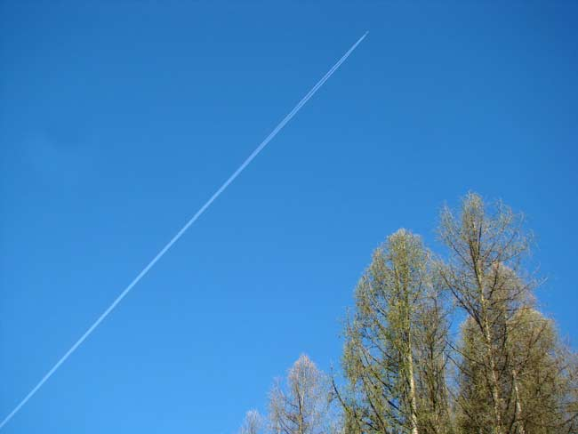 scia di condensazione al seguito di un aereo di linea