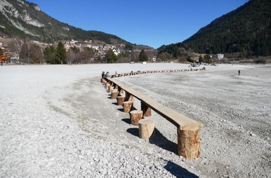 """foto tratta da articolo online del quotidiano """"Trentino"""", 19 febbraio 2017; Tavolo sul lago di Molveno"""