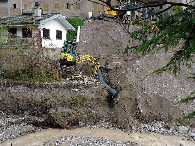 deviazione del tubo fognario in Rio Rin a monte del tratto eroso
