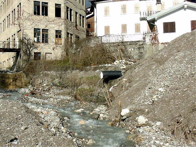 deviazione del tubo fognario in Rio Rin visto da sud