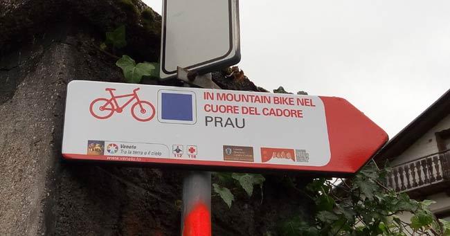 """tabella cicloturistica piazzata sopra il """"brente dei Danela"""" e indicante la borgata Prau (ma sarebbe Prou)"""