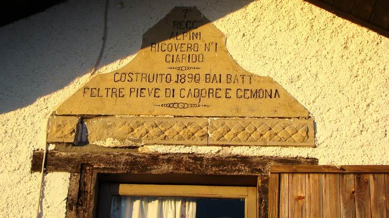lapide commemorativa posta sul frontespizio est del rifugio Ciareido (ex ricovero militare n.1 Ciarido)