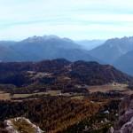 L'altopiano di Pian dei Buoi salendo verso forcella San Lorenzo; in evidenza la dorsale dei Colli che da Soracrepa giunge fino a Col Vidal