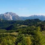 Visione ancor più allargata dell'altopiano di Pian dei Buoi con la dorsale dei colli dai pressi del rifugio Ciareido.
