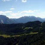 Salendo alla forcella San Lorenzo il panorama verso Pian dei Buoi e i suoi Colli si allarga: qui dall'Aiarnola al Duranno...