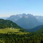 La torbiera del Palù Gran e Soracrepa sovrastata dai colli di Val da Porte, Soramizoi e Cervera; sullo sfondo le Dolomiti d'Oltrepiave