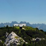 IL rifugio Ciareido, la perla archietettonica del Parco della Memoria di Pian dei Buoi, cui fanno da sfondo le Dolomiti d'Oltrepiave, dal Miaron a forcella Spé