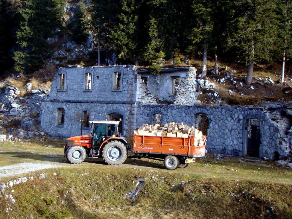 Trattore con rimorchio carico presso il Forte Basso di Col Vidal
