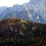 Col Vidal con il Forte Alto in evidenza; sullo sfondo il Tudaio dal Col Muto alla cima