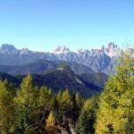 """In primo piano la """"Busa de i Stoi"""", seguita dal Col Burgion, dal M. Rusiana e dalla corona di monti: Cadini di Misurina, Tre Cime, Croda dei Toni e Popera"""