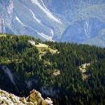 Dai pressi della Forcella San Lorenzo verso Col Vidal con in evidenza il Forte Alto, con l'adiacente ampio piazzale, e il Forte Basso
