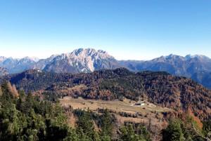 """La dorsale dei colli che costituisce l'areale """"PdB"""" del Parco della Memoria sullo sfondo dei Brentoni, dal sentiero 272 ai piedi del M. Ciarìdo."""