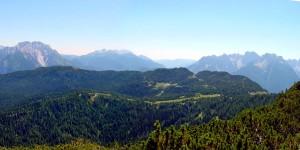 L'area pascoliva dell'altopiano di Pian dei Buoi oltre la quale si distende la dorsale dei colli dal sentiero 272 presso Pian de Paradìs