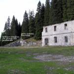 Il lato sud del Forte Basso con la collocazione della riservetta in roccia e l'imbocco della mulattiera