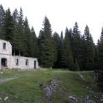 """L'ala sud del Forte Basso a d. della quale si nota la folta vegetazione presso le """"Buse"""""""