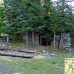 Visione frontale dei ruderi: si può notare la vecchia colonnina in legno della prima fontanella
