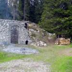 Lato sud del Forte Basso con la porta che dava nella vasca di raccolta dell'acqua (interrata); a d. la vegetazione invadente...