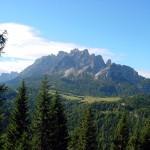 Dalla postazione si può ora osservare la distesa dell'altopiano di Pian dei Buoi con il pascolo di Polget cui fa da corona il M. Ciarìdo