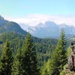 Panoramica con il trattore sulla postazione e l'arco di monti dalla Croda Bianca al Ciarìdo e, più distanti, i Cadini di Misurina