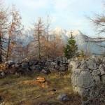 I muretti della trincea sullo sfondo delle Dolomiti d'Auronzo
