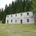 La parte più a nord della caserma di Vidal Basso; più a sin. si nota l'entrata della riservetta in roccia