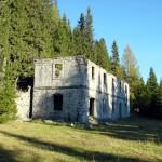 Il lato nord della caserma di Vidal Basso; si noti a d. la folta vegetazione che aveva colonizzato la parte mediana della caserma