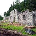 I tre tratti in cui si può suddividere l'edificio bene in evidenza: il lato sud (a sin.), quello centrale diroccato ora liberato dalla vegetazione e quello nord