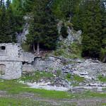 Una visione panoramica della caserma di Vidal Basso (Forte Basso) libera dalla vegetazione: a nord (sin.) si può intravedere l'entrata della riservetta in roccia