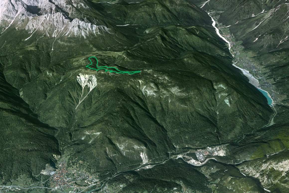 Il Parco della Memoria in 3D (da Google Earth): l'altopiano di Pian dei Buoi e la dorsale dei Colli cui le Marmarole fanno da corona; a valle la confluenza della Val d'Ansiei con la valle del Piave