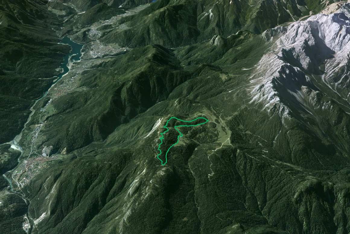 Il Parco della Memoria in 3D (da Google Earth): a sin. il Lago Centro Cadore con la vallata omonima, a d. le Marmarole orientali