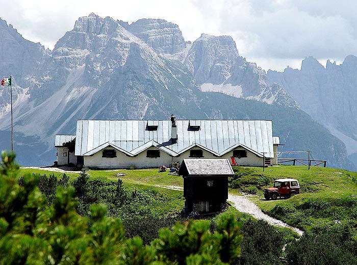 Il rifugio Ciareido dal sentiero n. 272; sullo sfondo il Montanel