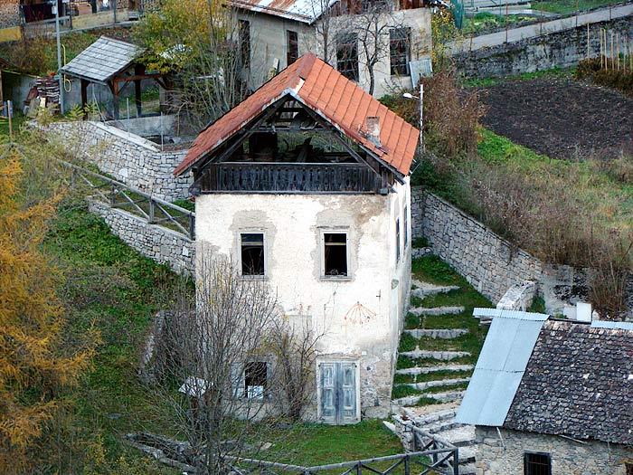 Il mulino del Favero ripreso dall'altura di Revìs.