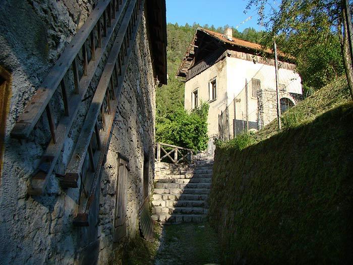 Il viottolo che affianca il mulino Calligaro; sullo sfondo il mulino Del Favero.