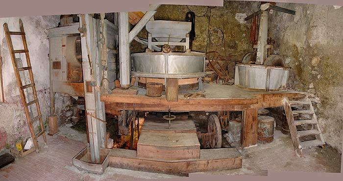 L'interno del mulino Del Favero: una veduta d'insieme dei due utilizzatori (macina da grano e pilaorzo). In tempi recenti la forza idraulica veniva ricavata da una turbina Pelton installata sotto il piano di calpestio del locale.