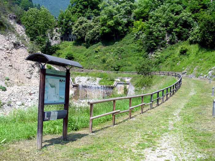 Il percorso si snoda parallelo al corso del torrente Rio Rin, la cui acqua alimentava