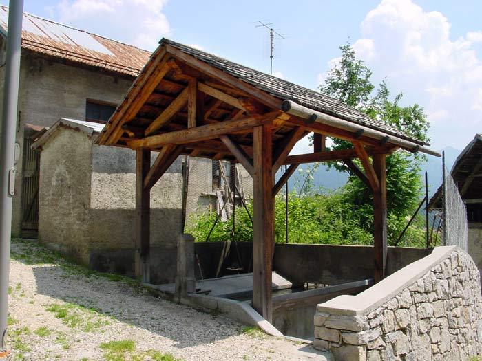 La tettoia che dà protezione al lavatoio. A fianco si intravvede la centralina elettrica di Leo Baldovin
