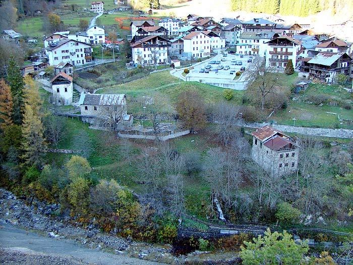"""Visione allargata dell'area della Roggia; il mulino """"dei Pinza"""" è l'edificio più in basso a destra."""