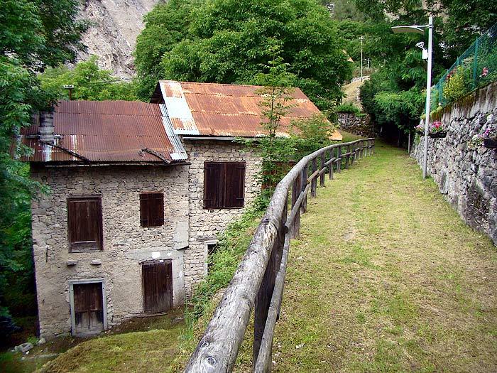 """Facciata est del mulino detto """"dei Pinza"""". La parte più alta dell'edificio costituisce il vecchio mulino Zanella in Loda …"""