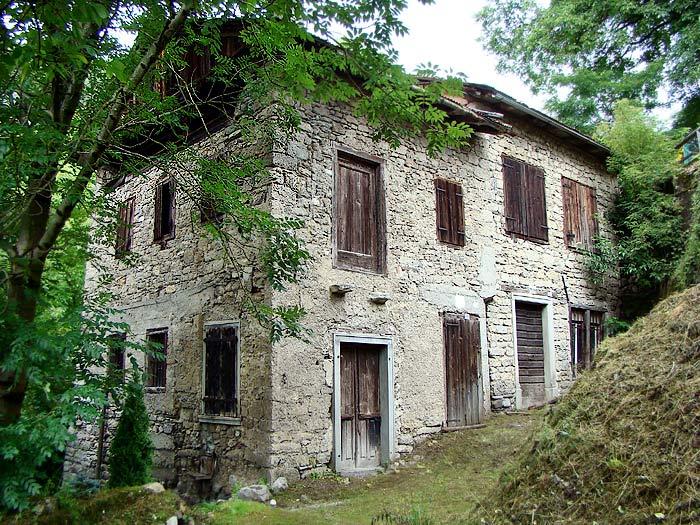 """Vista prospettica delle facciate sud-est ed est del mulino detto """"dei Pinza""""."""