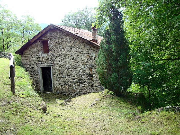 La facciata nord-ovest del mulino Zanella in Loda …