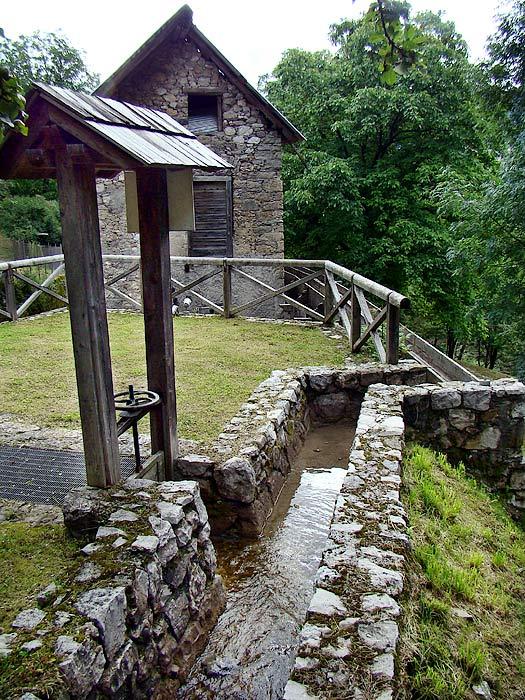 L'acqua in uscita dal mulino Del Favero può essere incanalata nella roggia lignea aprendo una piccola paratoia ...