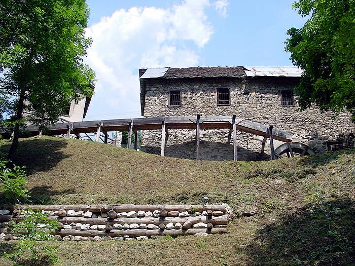 La roggia vista dal basso, dal percorso di visita al complesso di archeologia industriale.